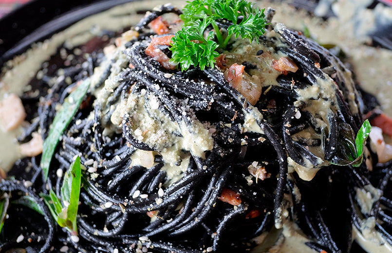 black-spaghetti-with-carbonara-sauce-on-a-plate-close-up