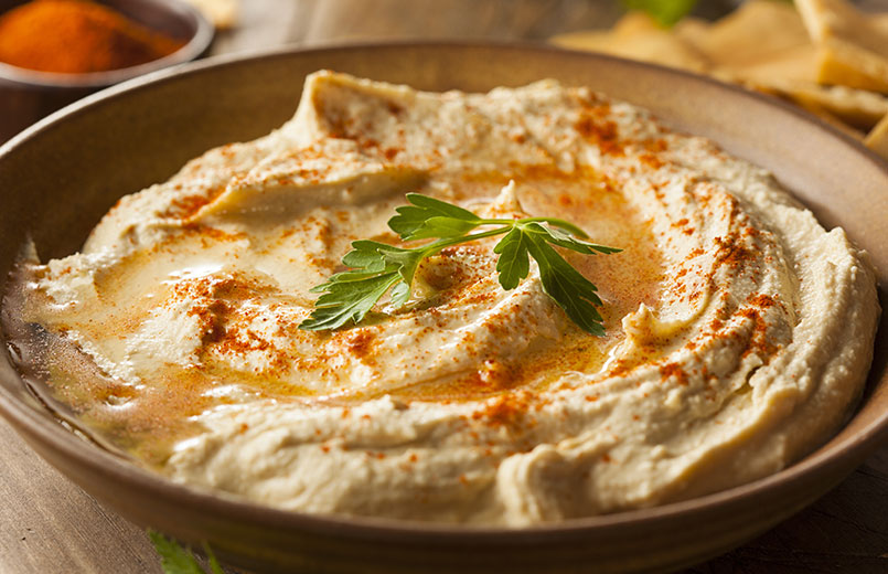 homemade-creamy-hummus-with-olive-oil-and-pita-chips