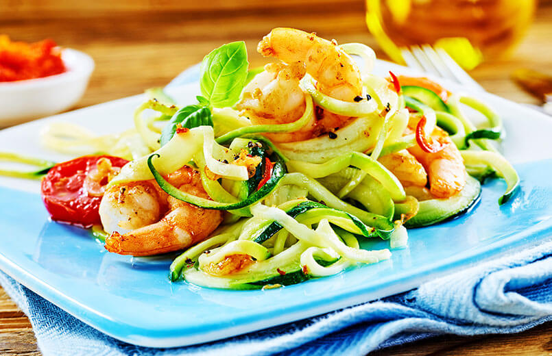 low-carb-dish-with-shrimps-and-zichinni-noodles-on-blue-plate