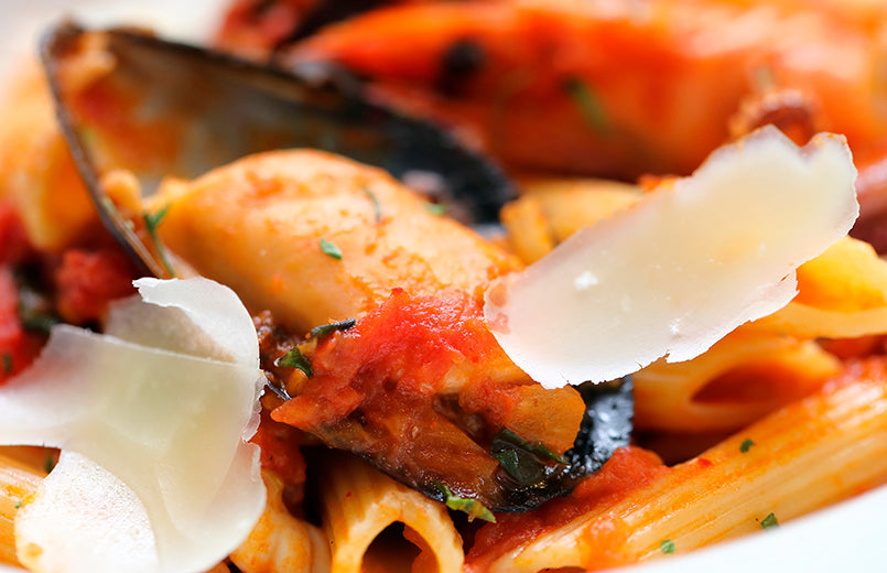 penne-with-mussels-and-tomatoes-sauce-close-view