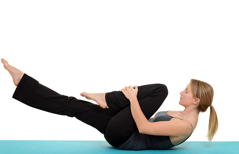 woman-doing-Pilates-single-leg-stretch
