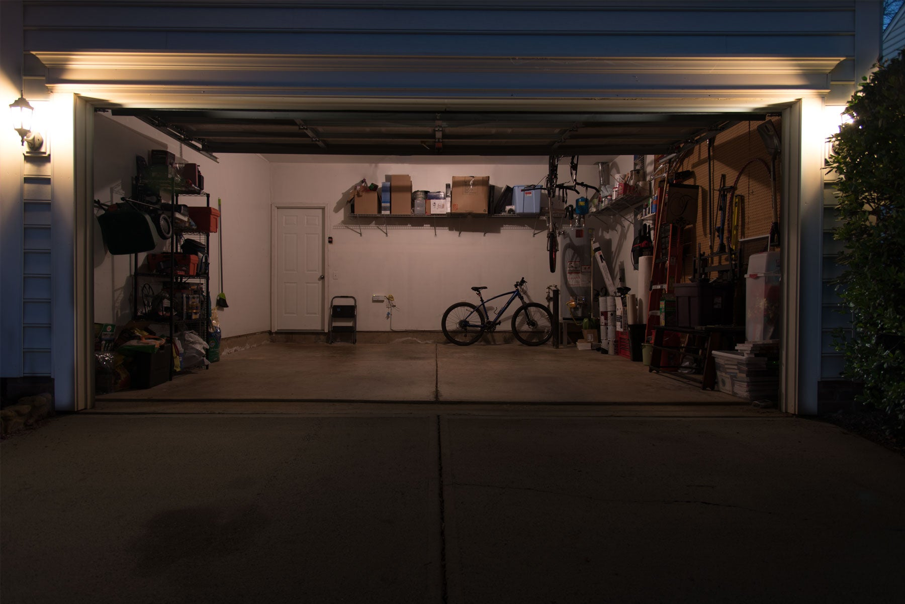 STKR Concepts TRiLIGHT compared to normal bulb in Garage - Incandescent Bulb View