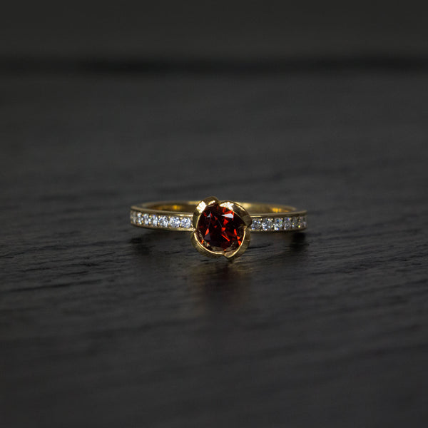 Alternative engagement ring in garnet and yellow gold