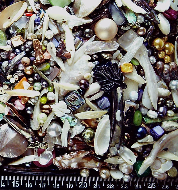Giant Mixed bead lot mostly pearl/mother of pearl but a wide variety (500+ beads 512g)