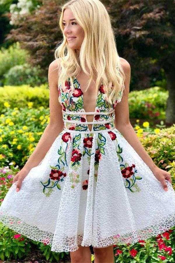 Cute Ivory Lace V-neck Short Homecoming Dresses With Embroidered Appliques Z2065