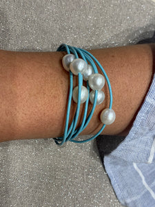 Pearl layers bracelet in light blue