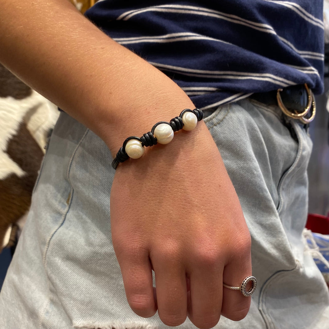 Black leather and pearl bracelet #139