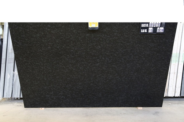 Granite Black Mist Dark Premium  <br>Fini : Antique -  Lot : 35472  <br>Epaisseur : 1.25''  <br>Dimensions : +,- 120'' x 78'' <br> Indice de prix : $$ <br>