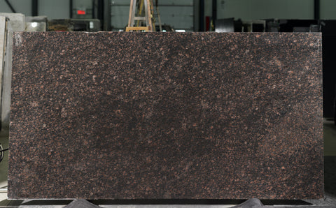 Granite Tan Brown Premium  <br>Fini : Poli -  Lot : 849  <br>Epaisseur : 1.25''  <br>Dimensions :  +,- 128'' x 72'' <br> Indice de prix : $ <br>