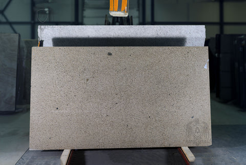 Granite Golden Leaf Commercial  <br>Fini : Poli -  Lot : 4174  <br>Epaisseur : 1.25''  <br>Dimensions : +,- 103'' x 71'' <br> Indice de prix : $ <br>