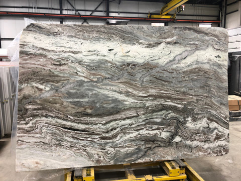 Quartzite Fantasy Brown Premium  <br>Fini : ANTIQUE -  Lot : 2421FA <br>Epaisseur : 1.25''  <br>Dimensions : +,- 111'' x 73'' <br> Indice de prix : $$ <br>