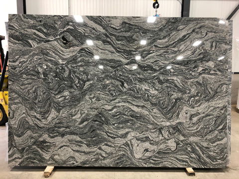 granite Viscount White Premium  <br>Fini :recto Poli / verso antique -  Lot : 236614PFA  <br>Epaisseur : 1.25''  <br>Dimensions : +,- 107'' x 78'' <br> Indice de prix : $$ <br>
