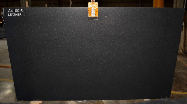 Granite Black Pearl Premium  <br>Fini : Antique  -  Lot : 520FA <br>Epaisseur : 1.25''  <br>Dimensions : +,- 126'' x 77'' <br> Indice de prix : $$ <br>