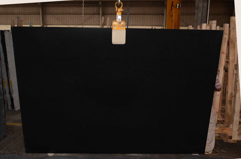 Granite Absolute Black Premium  <br>Fini : ANTIQUE -  Lot : 7720  <br>Epaisseur : 0.75''  <br>Dimensions : +,- 113'' x 76'' <br> Indice de prix : $$  <br>