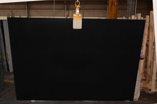 Granite Absolute Black Premium  <br>Fini : Antique -  Lot : 880  <br>Epaisseur : 0.75''  <br>Dimensions : +,- 127'' x 79'' <br> Indice de prix : $$  <br>