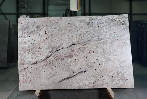 Granite Bordeau Dream Premium  <br>Fini : Poli -  Lot : 6406  <br>Epaisseur : 1.25''  <br>Dimensions :  120'' x 74'' <br> Indice de prix : $$$ <br>
