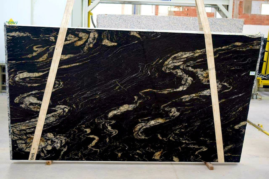 Granite Titanium  <br>Fini : Poli -  Lot : 1622<br>Epaisseur : 1.25''  <br>Dimensions :  133'' x 77'' <br> Indice de prix : $$$ <br>legere imperfection a réparer
