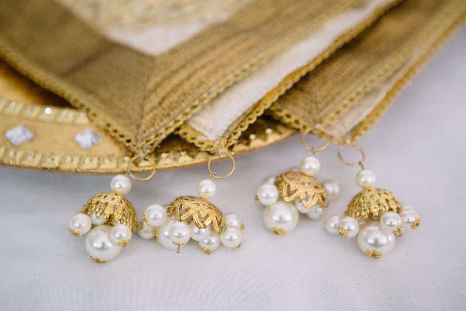 White w/ Gold Sqaure Thaali Cover