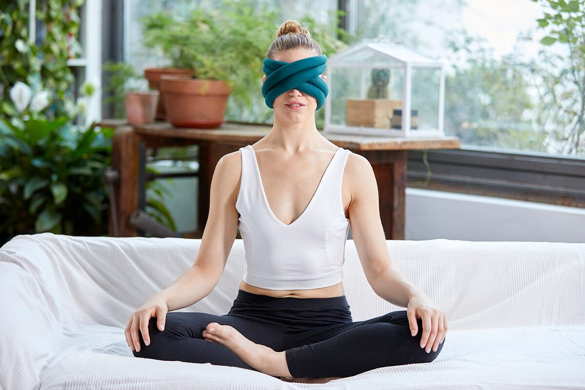 ostrichpillow_loop_eye-mask-pillow_train_woman_meditation_blue-reef
