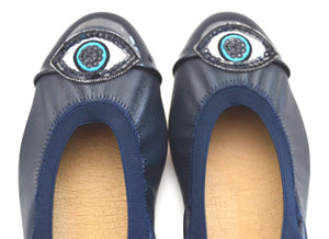Mom and daughter eye style shoes.