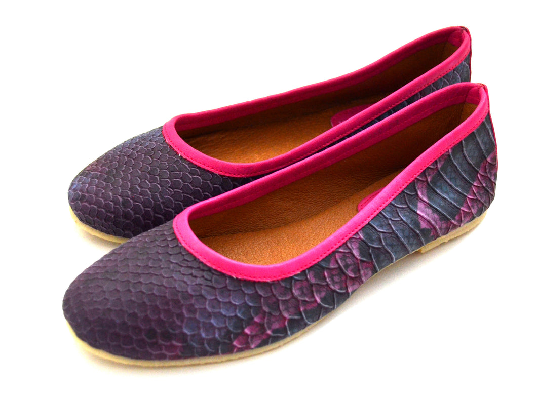 Mom pink snake style shoes.
