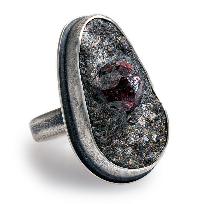 Garnet in Schiste Ovoid Ring