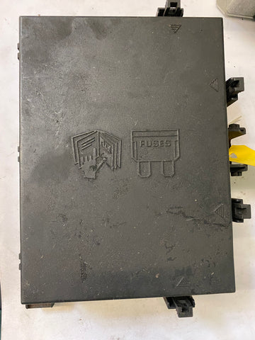USED LAND ROVER FUSE BOX PART # AMR 6476. FITS RANGE ROVER P38 1997-1999