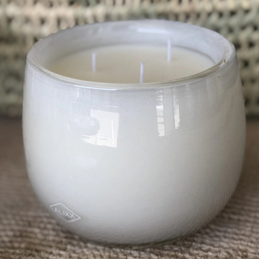 A touch of stimulating lemon soothed by an infusion of tea leaves. China Rose is enriched with a soothing bouquet of lily of the valley. A harmonious mix of water cedar and musks evokes a subtle essence for a relaxing meditative state.