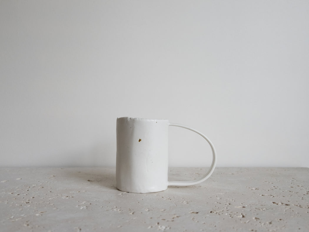 WHITE LARGE HANDLE CUP | MIE KIM STUDIO