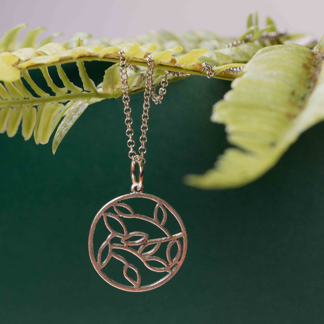 Delicate leaf circle – long necklace