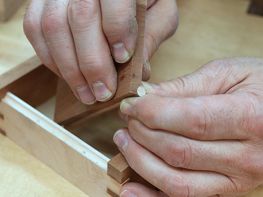 Rob Cosman fitting a dowel into the woodhinge groove he just cut
