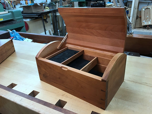 Example of a box with a wood-hinge made with Rob Cosman's drill jig