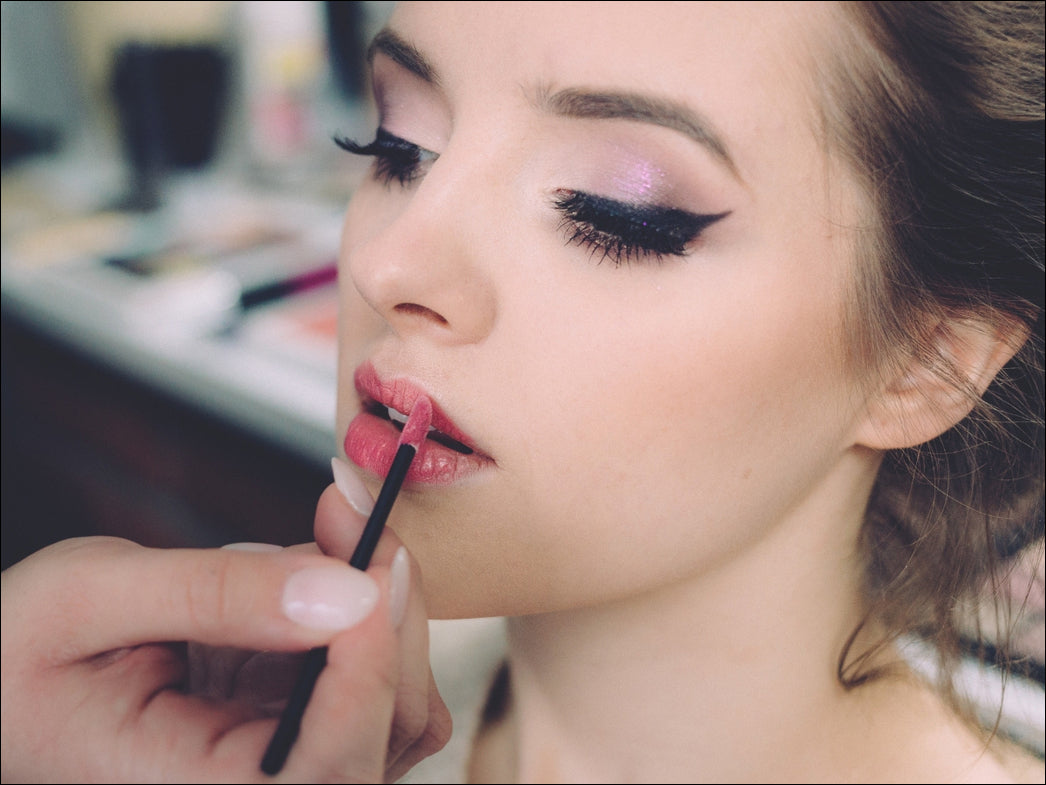 girl applying make up