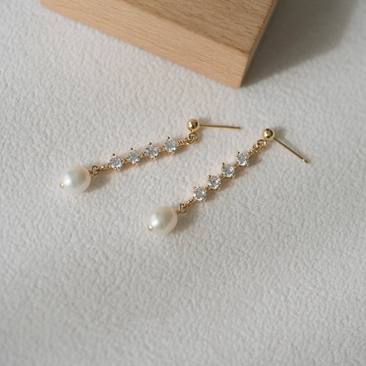 AVERY PEARLY STUDS
