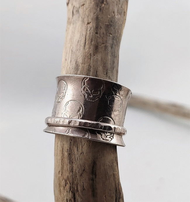 Meditation ring - Silver on silver with skulls