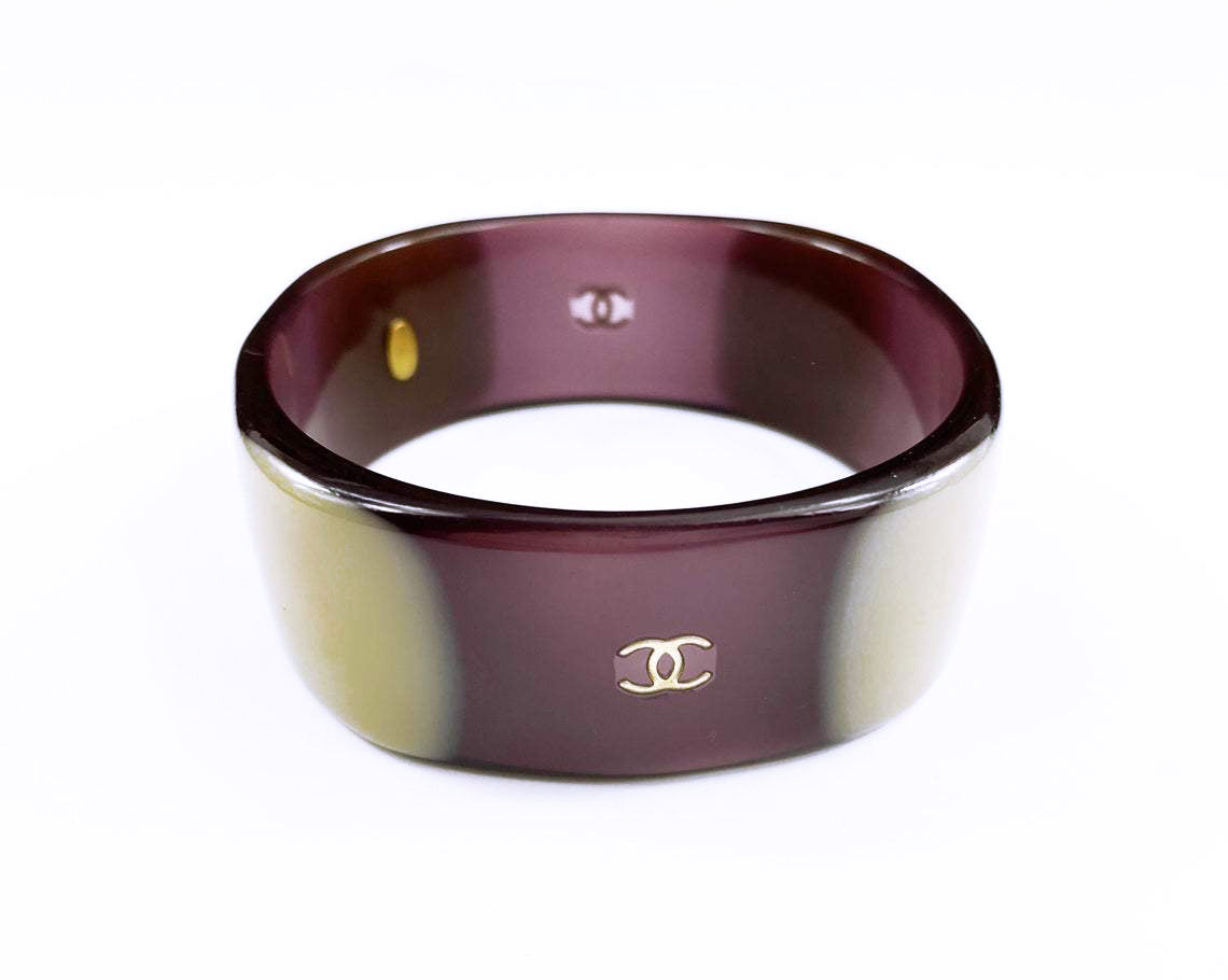 Fruit Vintage Chanel Purple and beige resin bangle. Features a classic interlocking CC logo to either side (this is a metal charm set into the resin).
