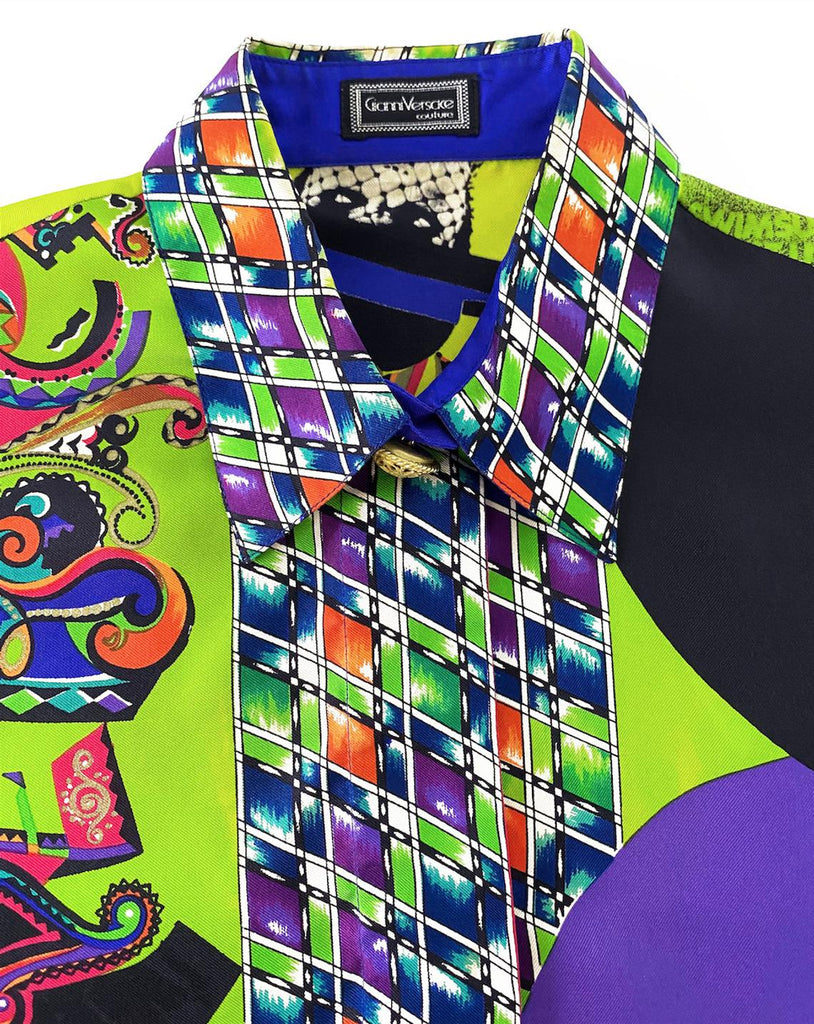 FRUIT Vintage Gianni Versace rare Vogue print silk shirt from the Spring 1991 collection. This is a very special, museum worthy piece! It features the iconic Vogue print in large scale all over and gold feature buttons on collar and cuff.