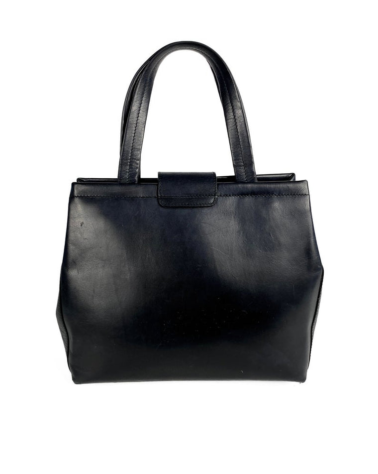 FRUIT Vintage 1980s Salvatore Ferragamo bag in black leather. This is such an elegant bag, in an iconic Ferragamo shape. Features a classic Ferragamo logo buckle closure, internal zipper pocket with logo pull and logo lining.