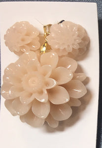 Creamish White Resin Sunflower Pendant Set #WSF-2