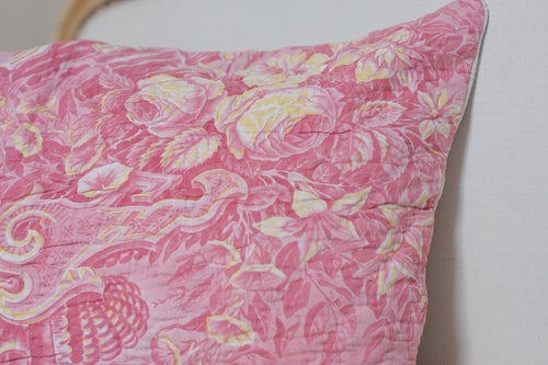 Le Grand Cerf | pièce unique : coussin rectangulaire rose et jaune en ancien boutis fleuri recyclé (détails) - One of a kind : Pink and yellow cushion made out of an antique recycled boutis (details)