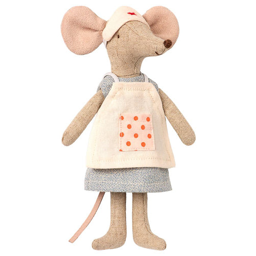 Maileg's Nurse Mouse is ready to lend a caring hand!   With her white nurses hat and coordinating removable apron protecting her pretty blue dress, this nurse mouse is prepared to care for all your Maileg friends.  Height : 5.91 inches Safe for ages 3 and up Made of Cotton