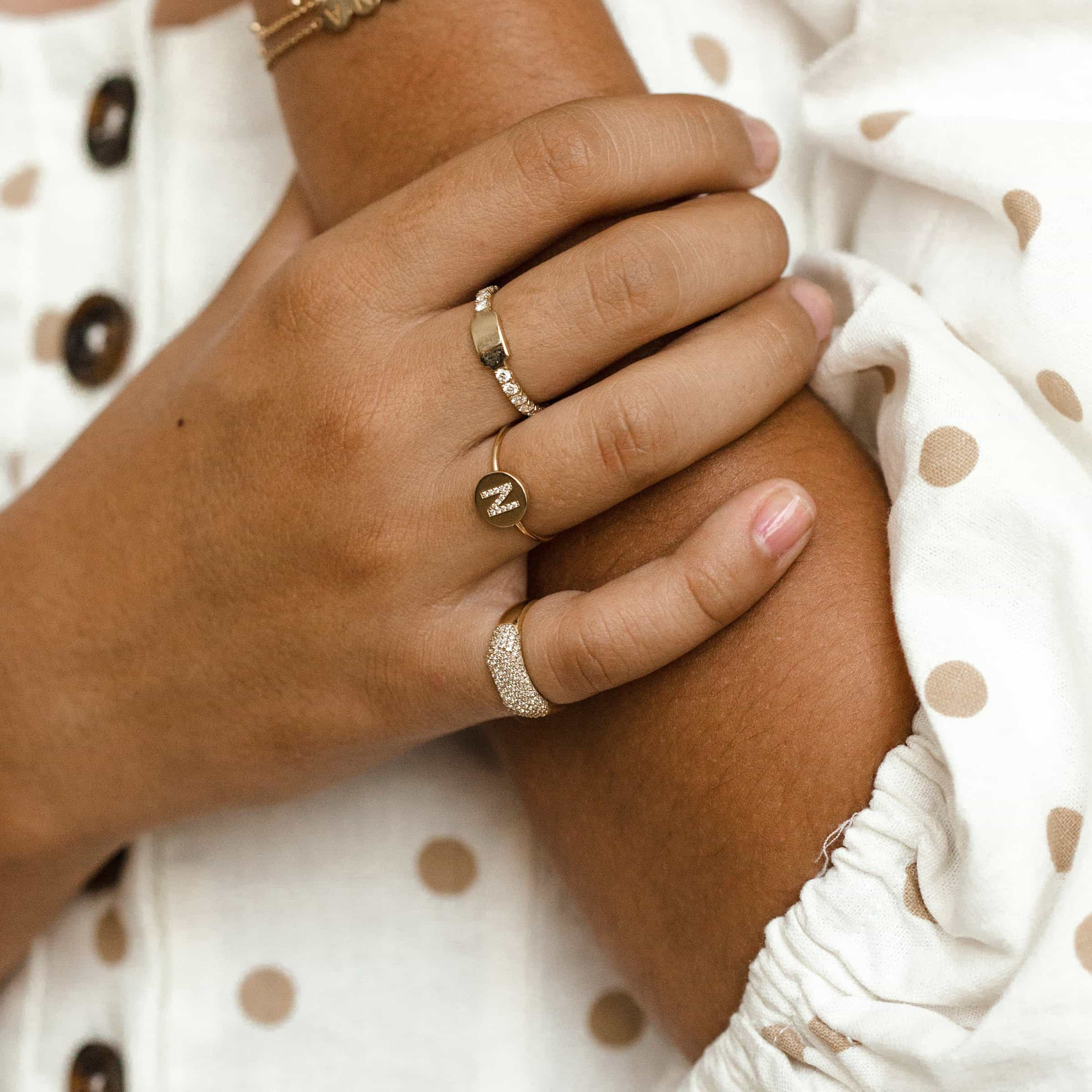 Moyen Pave Initial Coin Ring