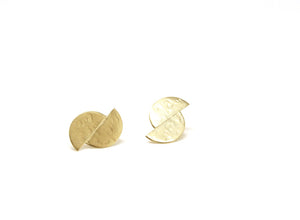 llayers jewelry lacus earrings - stud earrings in textured gold plated -boucles d'oreilles disques décalés texture lunaire en or