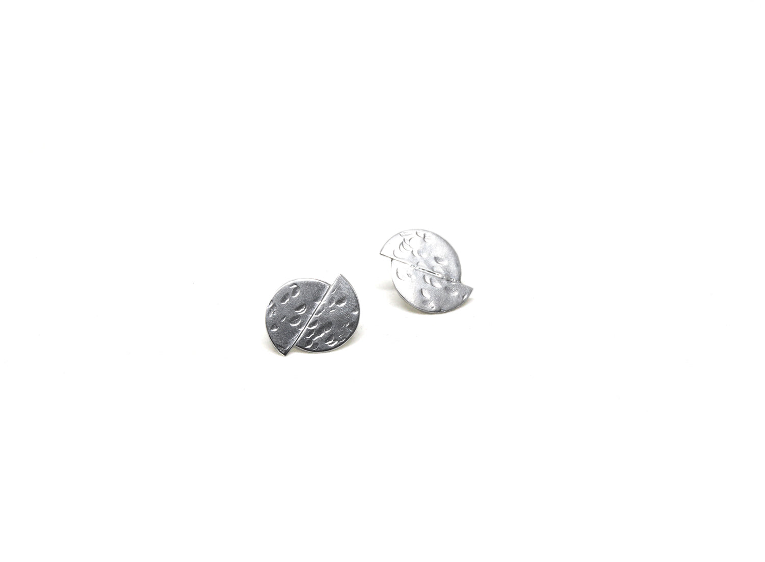 llayers jewelry lacus earrings - stud earrings in moon textured silver - boucles d'oreilles disques décalés texture lunaire en argent