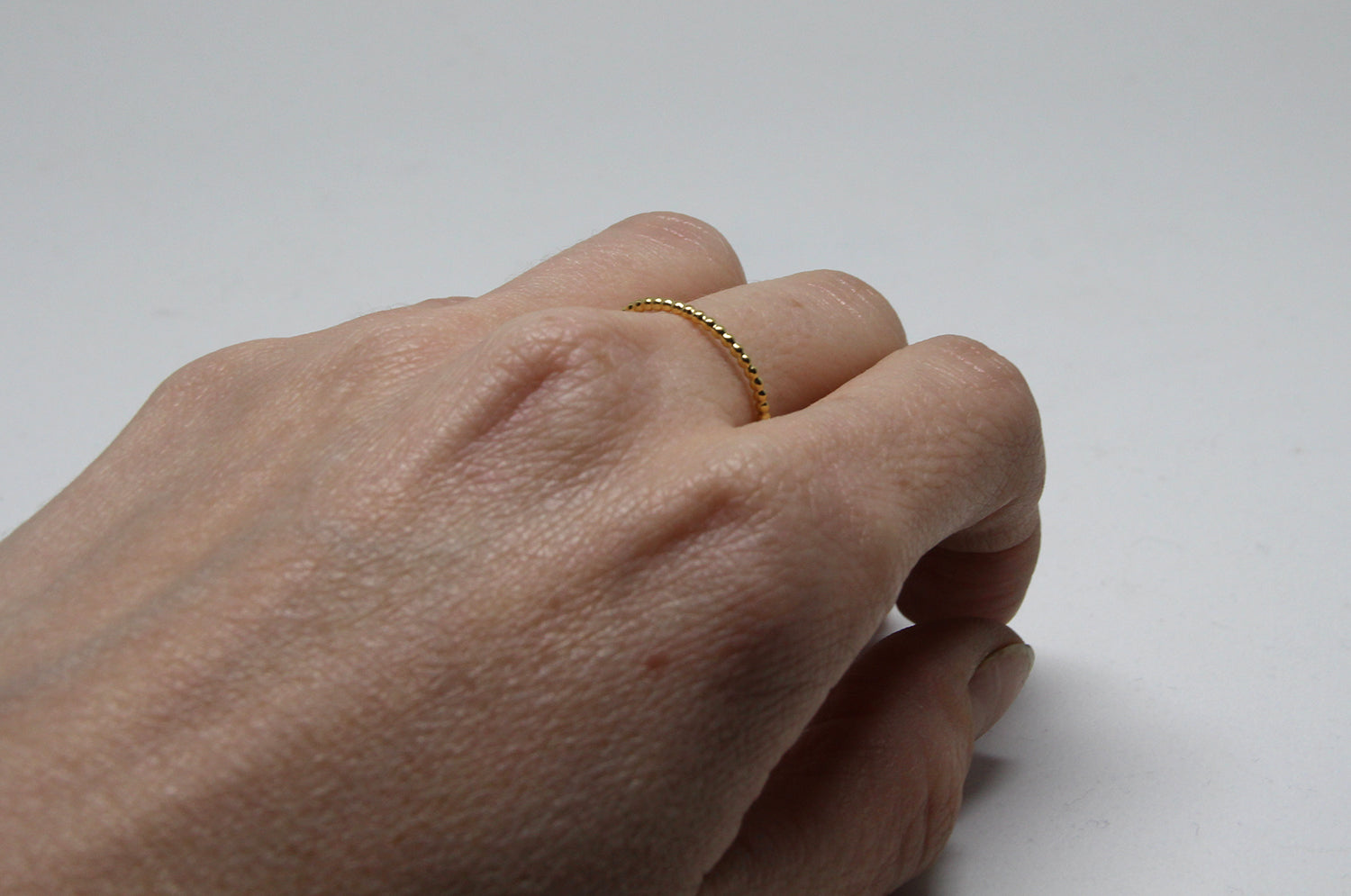 llayers jewelry Minimalist stacking vermeil ring with a beaded wire bague fine à empiler perlée en vermeil or