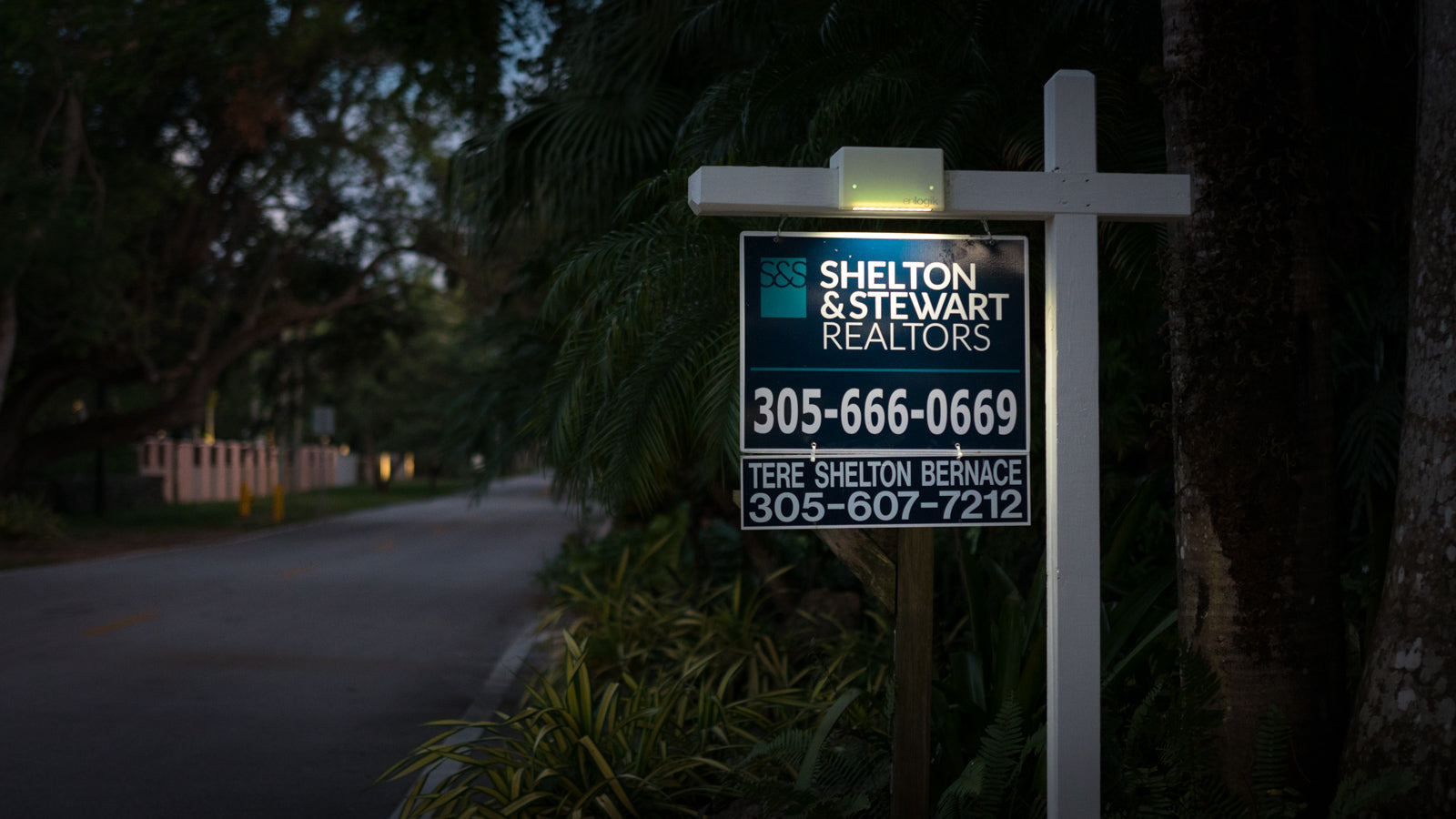 real estate sign light features 30 DAY