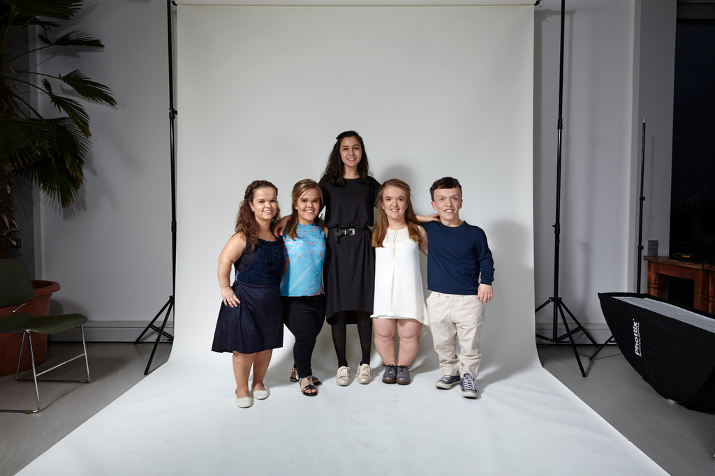 Sema Gedik together with models with dwarfism AUF AUGENHOEHE