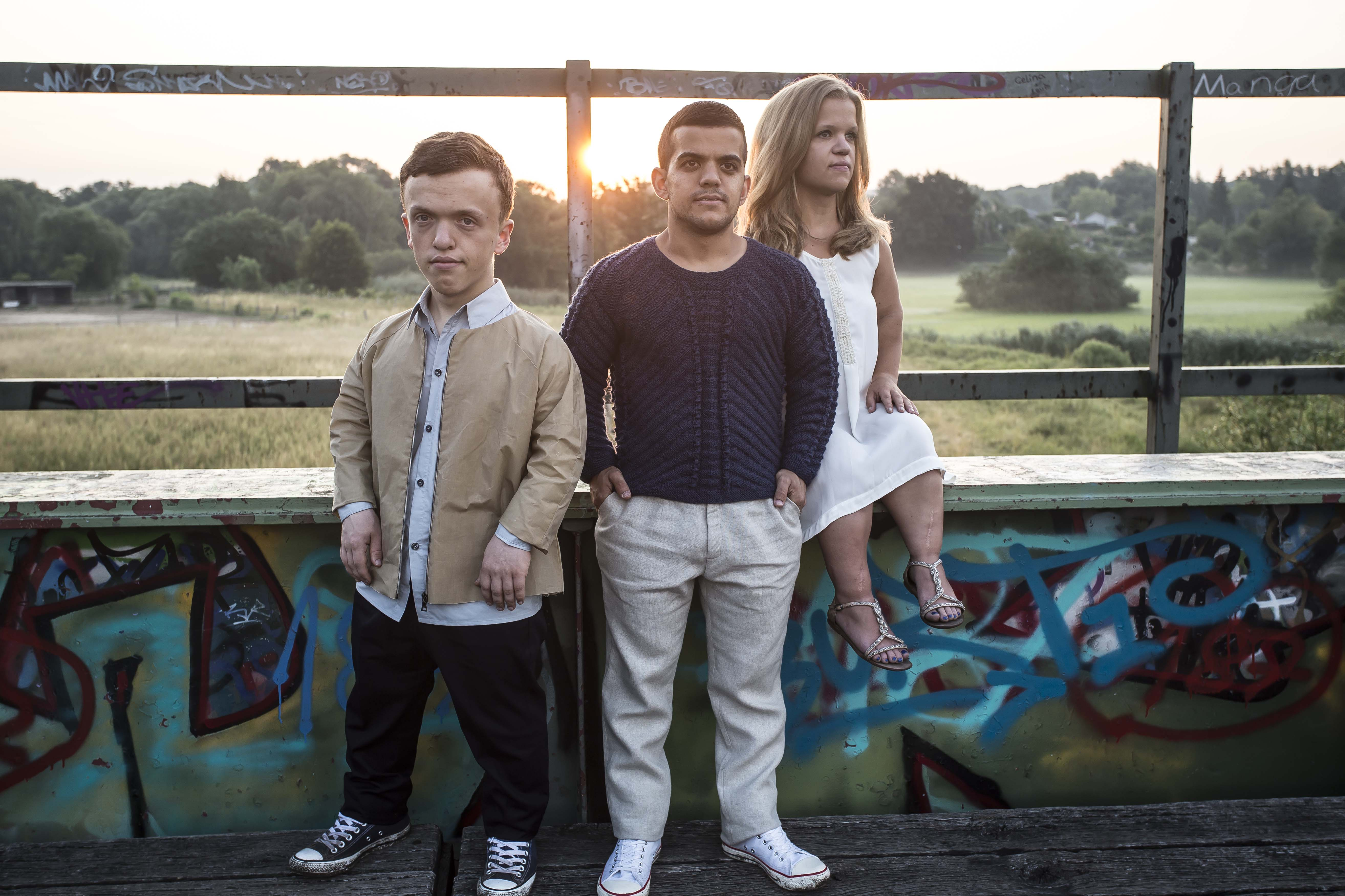 photo shooting models with dwarfism in sunset