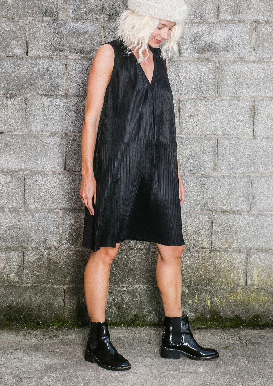DRESS V-COLLAR SLEEVELESS - black pleated