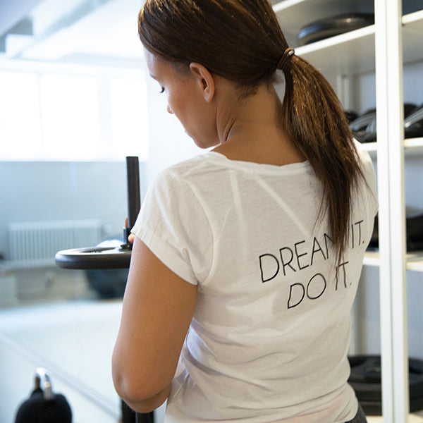 DREAM IT. DO IT. t-shirt white is made out of tencel and organic cotton, soft and keeps you cool during activity. Great for both training & leisure.